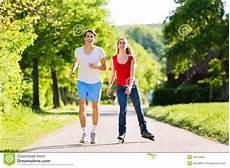 uomini che fanno sport giovani coppie che fanno gli sport all aperto immagine