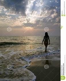donne sulla spiaggia donna che cammina sulla spiaggia immagine stock immagine