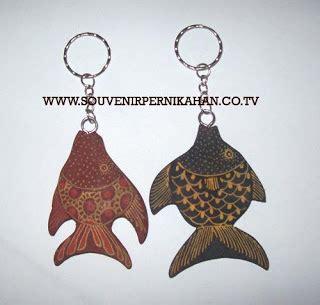Gantungan Kunci Souvenir Pernikahan Motif Surfing souvenir gantungan kunci kayu motif batik jogjakarta