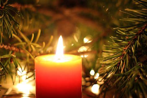 immagini di candele natalizie tradizioni natale nel mondo le decorazioni