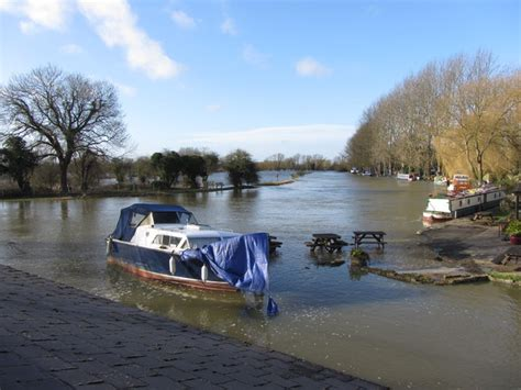 river thames map lechlade a swollen river thames at lechlade 169 gareth james cc by sa
