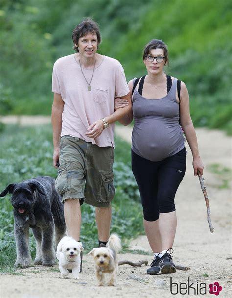 milla jovovich y sus hijos milla jovovich paseando con su marido y sus perros foto