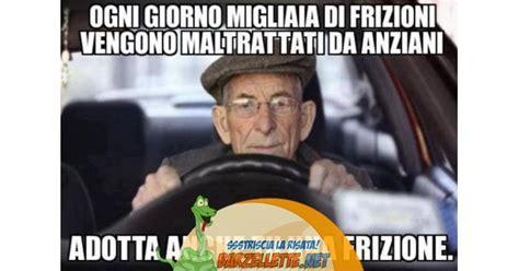 donne senza niente addosso al volante barzellette net foto anziano guida l auto