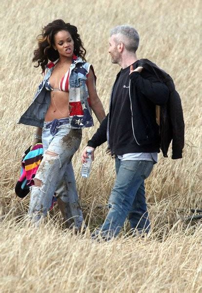 Md Rihanna Kotak Merah foto rihanna saat syuting musik we found kabar berita artikel gossip