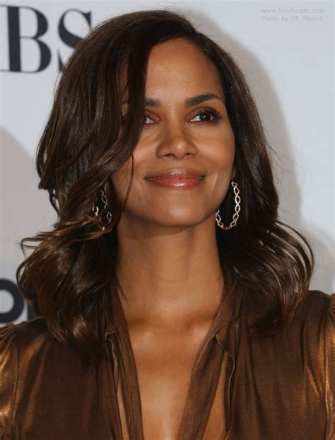 what does halle barre use in her hair to grt it to stand up on top halle berry wearing her hair long with waves around her face