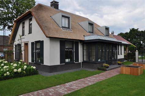 hoekwoning interieur verbouwen nieuwbouw moderne woonboerderij met rieten kap bouwen in