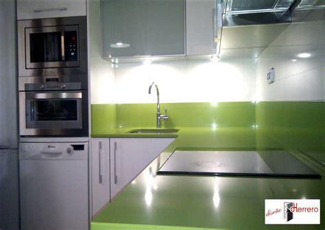 reforma de cocina en blanco  verde pistacho diseno