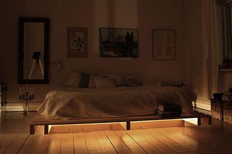 Bett Aus Paletten Beleuchtet by 21 Ideen F 252 R Palettenbett Im Schlafzimmer Freshouse