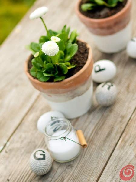 candele pasquali decorazioni pasquali il vaso di terracotta bianco e la