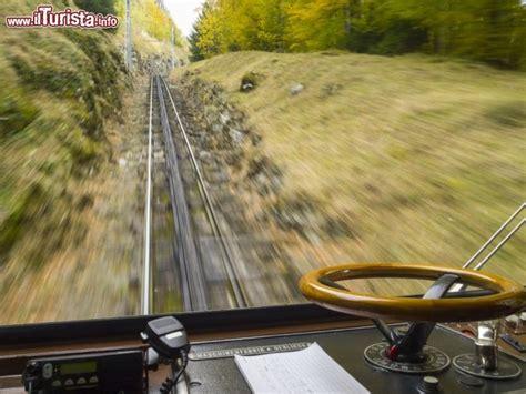 treno cremagliera pilatus bahnen la vista dal vagone treno foto