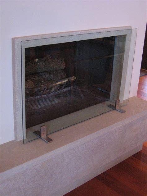 camini in vetro parascintille in vetro extrachiaro con supporti in acciaio