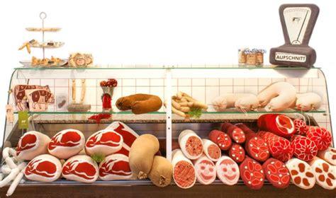aufschnitt berlin 本物みたい 大きなソーセージや骨付きハムがぬいぐるみに ドイツに世界初の テキスタイル 肉屋がオープン