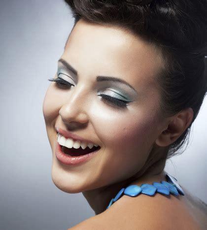 Eyeshadow Viva Warna Hijau tips memakai warna biru pink pastel sesuai tren makeup 2016