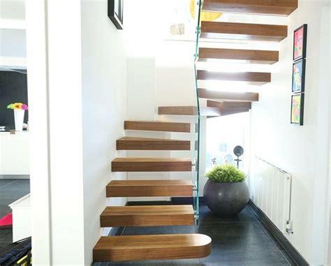 treppe an der wand wendeltreppe aus holz und glas an der wand befestigt