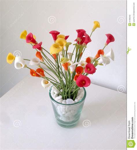 platic bloemen plastic bloemen stock foto afbeelding bestaande uit