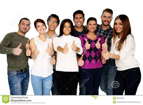 imagenes de grupos alegres grupo de personas alegre con los pulgares para arriba foto