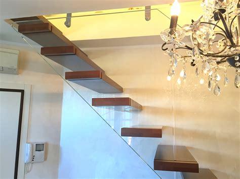 scala con ringhiera in vetro scala a sbalzo con ringhiera in vetro spazio scale