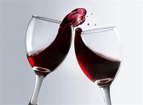 immagini bicchieri di vino un bicchiere di vino rosso donna moderna