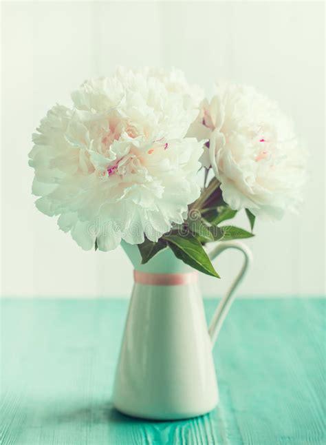 peonie in vaso peonie bianche in vaso floreale sulla tavola di legno