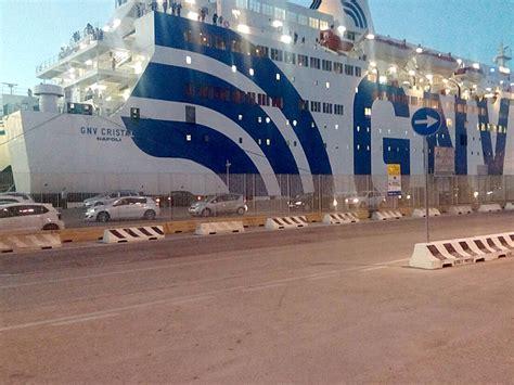 navi genova porto torres nave gnv alla banchina segni di porto torres messaggero