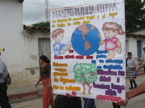 pancarta sobre el medio ambiente con material reciclable cunor san miguel mayo 2010