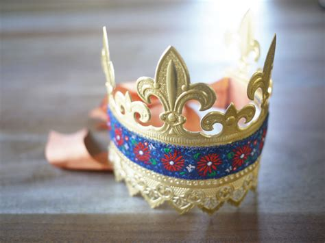 How Do You Make A Paper Crown - diy paper crown