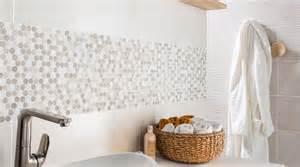 Recouvrir Du Carrelage Mural #2: une-bande-de-carrelage-mural-original-pour-donner-du-style-a-la-salle-de-bains_5654759.jpg
