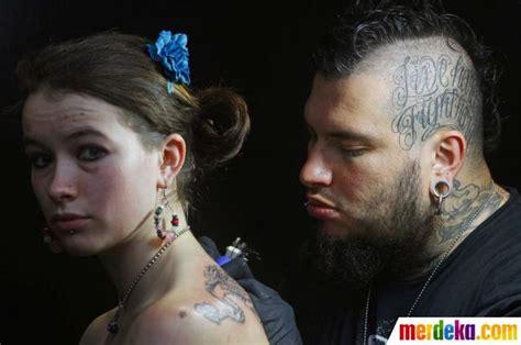 backul tattoo bekasi foto ekspresi para wanita saat tubuhnya ditato merdeka com