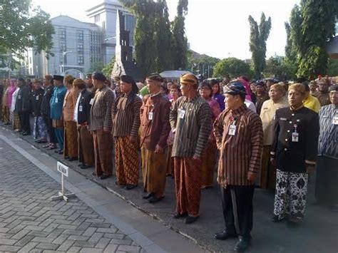 Baju Khas Semarang pns wajib pakai baju adat ini suasana apel bernuansa jawa di pemprov jateng