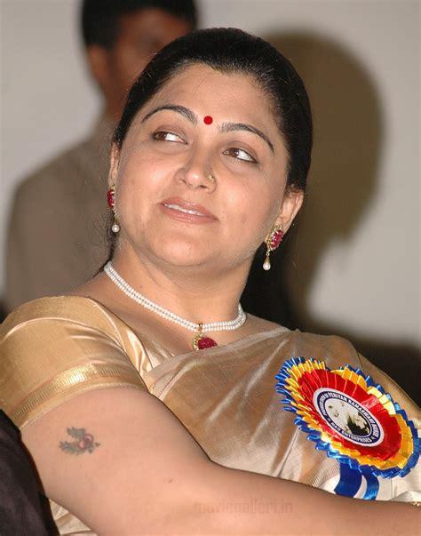 kushboo navel tamil actress kushboo in saree latest stills photos