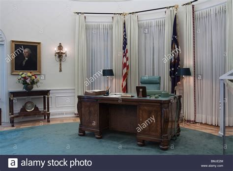 Oval Office Desk Replica by Replica Of Oval Office Desk During Lbj S Term At Lyndon B