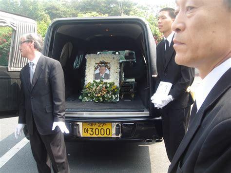imagenes del funeral de john lennon john lennon funeral www imgkid com the image kid has it