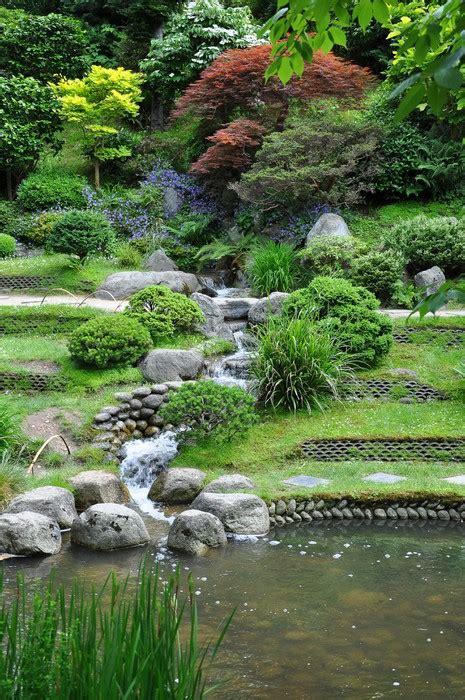 ruscello in giardino carta da parati ruscello artificiale in un giardino