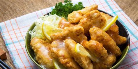 menikmati menu buka puasa  ayam saus lemon