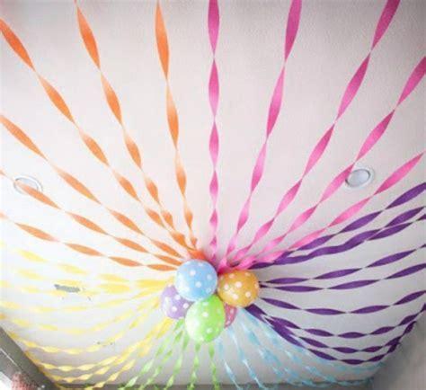 13 decorações de teto feitas com tiras de papel crepom