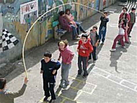 imagenes de niños jugando ala cuerda el juego de la comba
