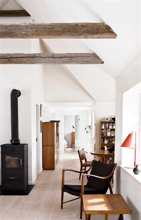 soffitto con travi in legno travi in legno a vista per una casa con il soffitto che arreda