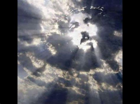 imagenes sorprendentes en las nubes la cara de jesus aparece en las nubes arriba de la cruz