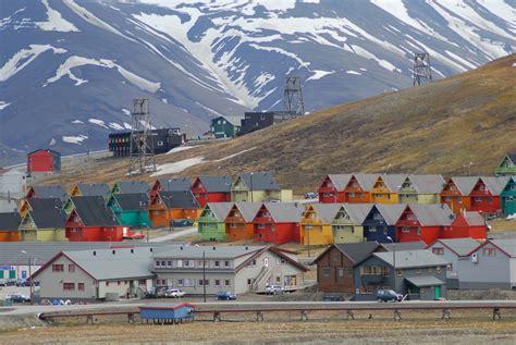 sin island wikipedia file longyearbyen colourful homes jpg wikimedia commons
