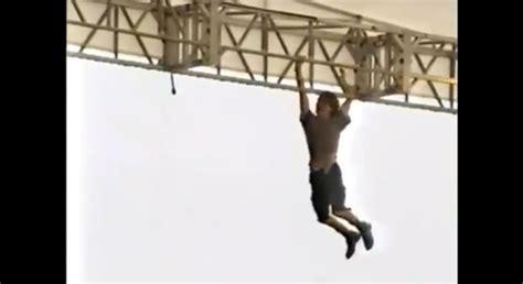 eddie vedder stage dive rewind eddie vedder climbs stage scaffolding at