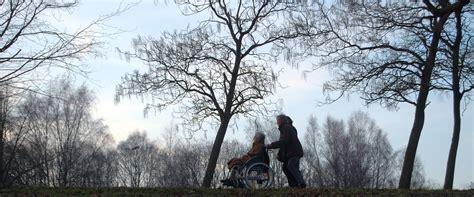 Kursi Roda Orang Tua cinta di ujung senja