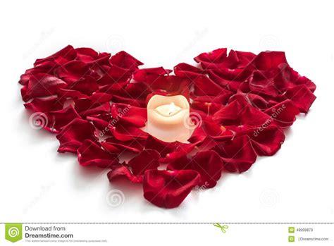 candele e petali di rosa petali di rosa nella forma cuore con la candela