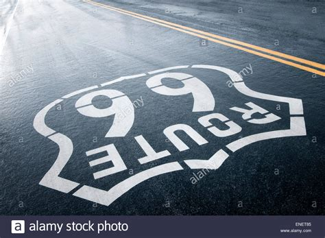 Lackieren Bei Regen by Route 66 Painted Road Sign Stockfotos Route 66 Painted