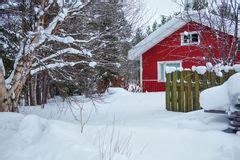 scheune im schnee schnee bedeckte suppengr 252 n und eine rote scheune