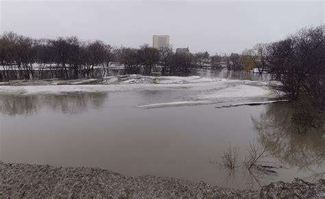 read river photographs of river floods at fargo dakota 2010