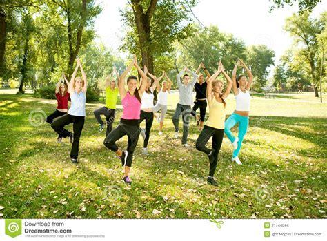 imagenes del grupo yoga grupo de la yoga posici 243 n del 225 rbol imagenes de archivo