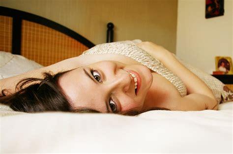 ragazza a letto quando cambiare il materasso riposo relax