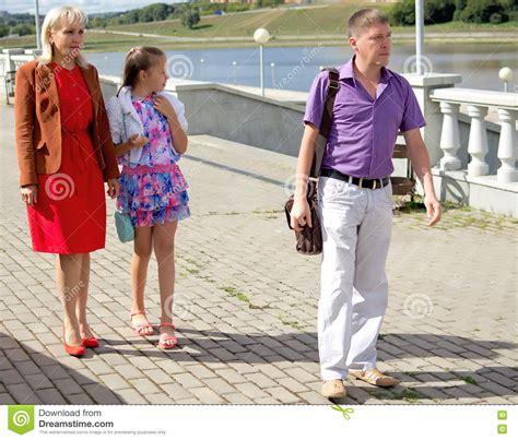 imagenes familias urbanas familia urbana ordinaria para un paseo en la ciudad foto
