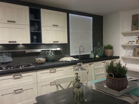 schöne küchen in grau wandfarbe beere grau