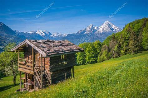 cottage montagna paesaggio di primavera idilliaca nelle alpi con cottage